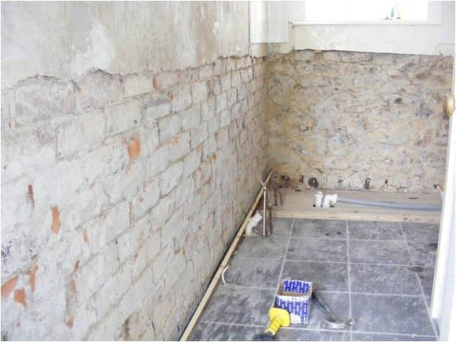 Removing plastering decoration from a wall